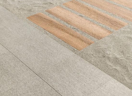 Caesar-posa-su-sabbia-gres-porcellanato-20-mm